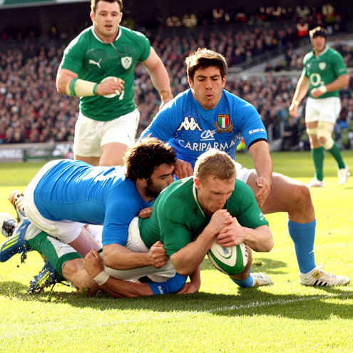 Keith Earls dives over to score Ireland's opening try