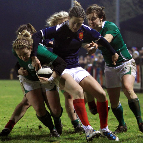 Niamh Briggs muscles her way towards the try-line
