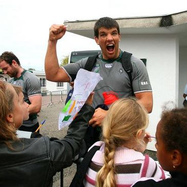 Donncha O'Callaghan signs autographs for the local kids