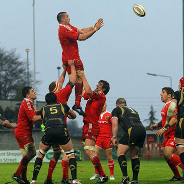 Alan Quinlan wins a lineout ball for Munster