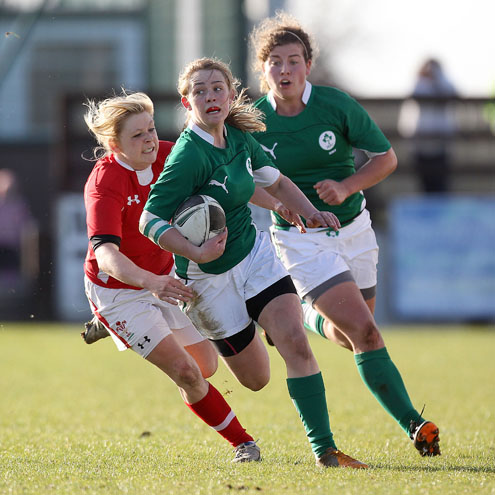 Ashleigh Baxter makes a break for Ireland