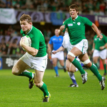 Brian O'Driscoll cuts through to score a try against Italy