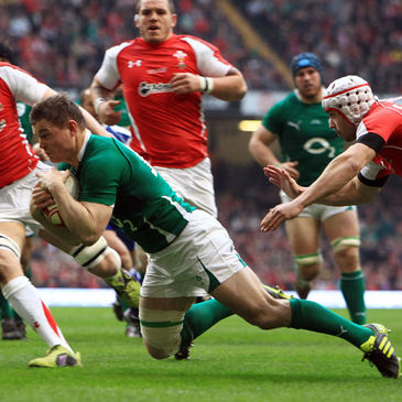 Brian O'Driscoll dives over to score against Wales