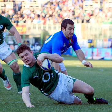 Brian O'Driscoll gets over to score against Italy