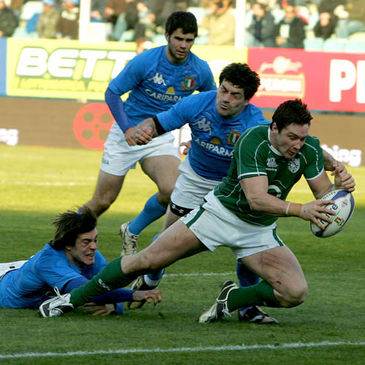 David Wallace scores Ireland's third try against Italy