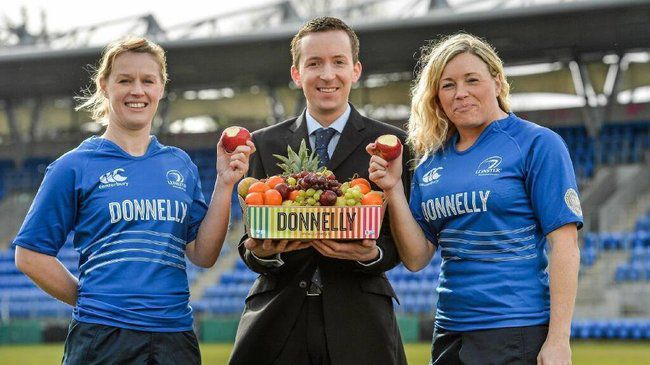 Donnelly's Alan Waters with Leinster players Fionnuala Gleeson and Sharon Lynch