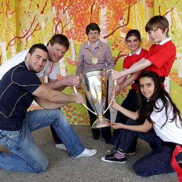 Leinster's Malcolm O'Kelly and David Kearney with Cllr. Marie Baker and local kids
