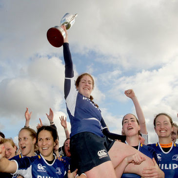 Fiona Coghlan and her Leinster team-mates celebrate with the trophy