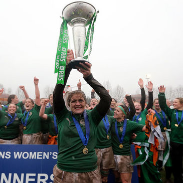 Fiona Coghlan lifts the Women's RBS 6 Nations trophy
