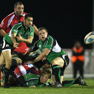 Connacht scrum half Frank Murphy sends a pass away