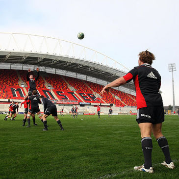 Jerry Flannery throws in at a lineout at Thomond Park