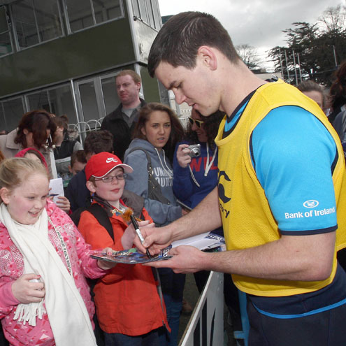Jonathan Sexton signs autographs for some young Leinster fans
