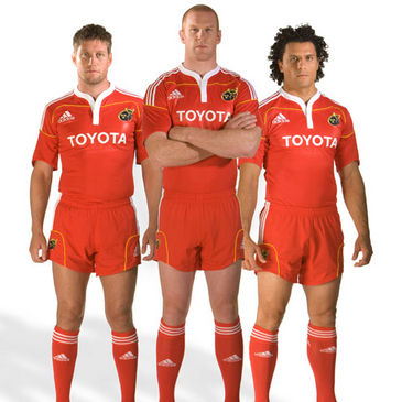 Ronan O'Gara, Paul O'Connell and Doug Howlett in the new Munster home kit