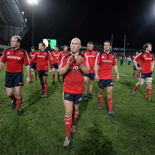 Peter Stringer and the Munster players salute the crowd