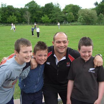 Rory Best with some pupils in Knockloughrim