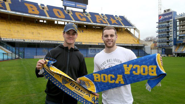 Jonthan Sexton and Darren Cave show their support for Boca Juniors