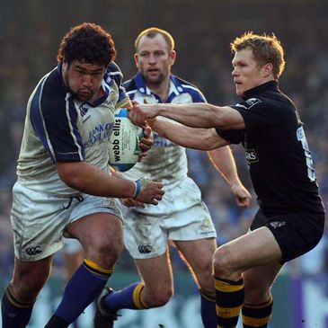 Stan Wright hands off Wasps' Josh Lewsey