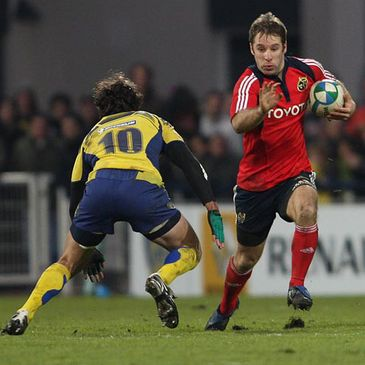 Tomas O'Leary takes on Clermont Auvergne's Brock James