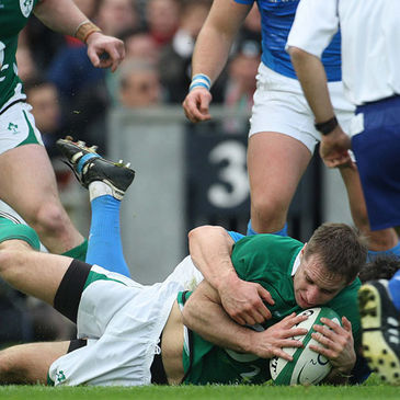 Tomas O'Leary touches down against Italy