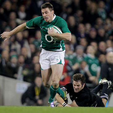 Tommy Bowe races past Richie McCaw
