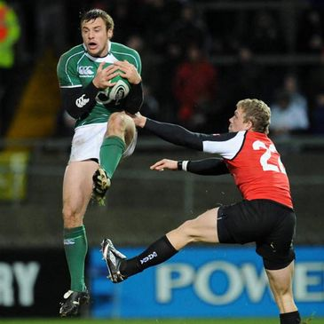 Tommy Bowe beats Phil Mackenzie to a high ball