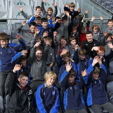 Brian O'Driscoll with the Willow Park pupils