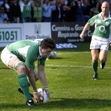 Simon Easterby scores a first half try for Ireland