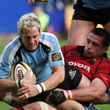 Munster flanker Alan Quinlan brings Glasgow's Rory Lamont to ground