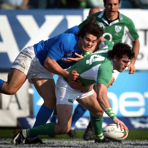Shane Horgan scores against Italy