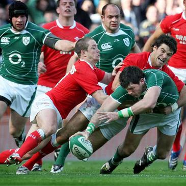 Shane Horgan stretches for the Welsh try line