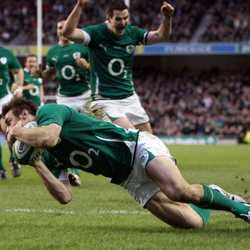 Tommy Bowe scoring a try against England