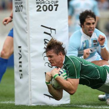 Brian O'Driscoll scores against Argentina during the 2007 Rugby World Cup