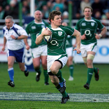 Brian O'Driscoll tears away to score his try against Italy