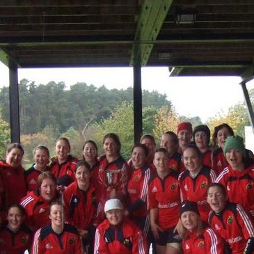 The Munster Women's squad with the teophy