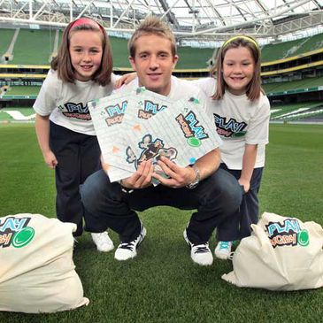 Luke Fitzgerald launches the 'PLAY RUGBY' initiative with Aisling and Sinead Cunningham
