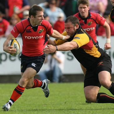 Munster's Tomas O'Leary on the attack against the Dragons